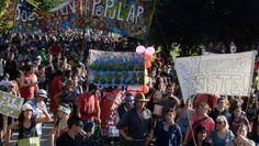 """SE ROMPIO EL CERCO INFORMATIVO Y SE NACIONALIZO EL CONFLICTO DEL BOLSON CONTRA EL AMIGO DE MACRI      Se rompió el cerco informativo y se nacionalizó el conflicto del Bolsón contra el amigo de Macri""""Contundente mensaje a los gobernantes"""" expresaban muchas voces de las que pasaron por los micrófonos de la Radio Abierta que se instaló en la esquina del Acampe Pacífico y Popular en el patagónico pueblo de El Bolsón. En el contexto de un negociado multipropósitos en el que un inglés…"""