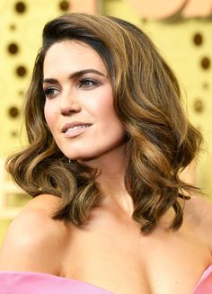 FYI: These Beauty Looks From the Emmys Red Carpet Deserve Their Own Statuette Mandy Moore with glittering eyes and voluminous hair at the 2019 Emmys Natasha Lyonne, Rachel Brosnahan, Celebrity Hairstyles, Cool Hairstyles, Hairstyle Ideas, Mandy Moore Hair, Medium Hair Styles, Short Hair Styles, Bombshell Curls