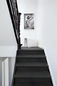 Het bekleden van een #trap met #tapijt heeft een positief effect op de akoestiek.
