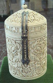 Bote de Zamora, siglo X. Fue elaborado en los talleres de Medinat al-Zahara en marfil. Se exhibe en el Museo Arqueológico Nacional de Madrid. Con anterioridad, perteneció al tesoro de la catedral de Zamora.