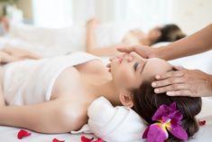 Tradičná thajská masáž je hĺbkovou masážou, ktorá sa zameriava na ošetrenie celého tela, počnúc nohami a končiac hlavou.