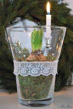 N är tredje ljuset brinner är snart LUCIA här hon bjuder oss på kaffe och bud om JULEN bär. Hyacinter i massor har införskaffas. Här i gla...