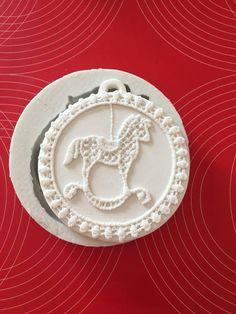 Stampo in silicone non alimentare decoro natalizio e nascita per colata in polvere ceramica e paste polimeriche. Il gessetto estruso misura cm.8. Stampo assolutamente perfetto,dal quale duplicare una quantità illimitata di copie.   Solo per lItalia è possibile spedizione Posta 1 al