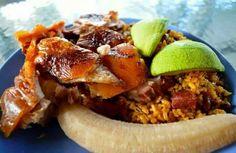 Arroz con gandules, lechón asado y un guineano hervido. El aguacate no puede faltar. (Comida típica)