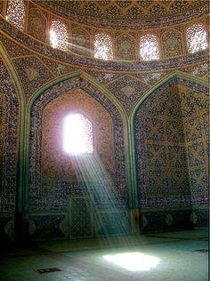 les rayons solaires dans un lieu de culte .