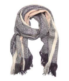Schal aus weichem Webstoff mit Fransen an den Enden. Größe 60x200 cm.