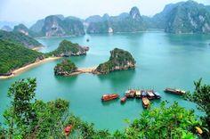 Halong Bay, popular y turístico destino en Vietnam, sin duda uno de los más bellos lugares del país por sus formaciones de rocas, islas y cuevas.