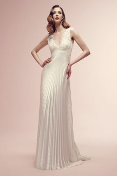 vestido de noiva #vintage RAMONA com decote em v e saia plissada de Alessandra Rinaudo #casarcomgosto