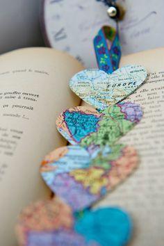 Vivimos cerca de una hermosa biblioteca, donde, cada mes, los bibliotecarios ponen libros vintage en cajas para personas si así lo desean. Se trata de cómo encontré estos Atlas francés vintage adorables y hacer esta guirnalda con encanto :) Mano de cortar el corazón - cada uno mide 2 y luego unirlas en 3D con doble hilo de algodón. Se unen a una hermosa cinta de costura (por favor Nota: la cinta no sería la misma pero siempre será ajustar los colores de la cinta a los colores de los…