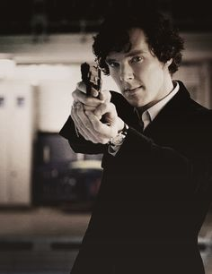 """I shouldn't, but I think Sherlock looks so sexy holding a gun. someone understands<< """"Is that a browning in your pocket or are you just happy to see me? Sherlock Bbc, Sherlock Fandom, Sherlock Series, Martin Freeman, Benedict Cumberbatch, Elementary My Dear Watson, Mrs Hudson, Sherlolly, 221b Baker Street"""