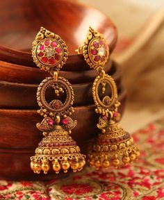 Sparkling Fashion: Gold Jhumka Earring entwirft die neuesten 2019 / Gold Buttalu – Shaik Umar – Join in the world of pin Indian Jewelry Earrings, Gold Jhumka Earrings, Jewelry Design Earrings, Gold Earrings Designs, Antique Earrings, Jhumka Designs, Gold Bangles Design, Gold Jewellery Design, Handmade Jewellery