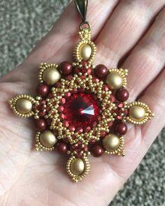 Made with a scarlet swarovski rivoli Macrame Bracelet Patterns, Beaded Bracelets Tutorial, Necklace Tutorial, Earring Tutorial, Beaded Jewelry Patterns, Beading Patterns, Macrame Tutorial, Beaded Boxes, Diy Jewelry Inspiration