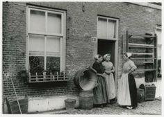 Kerklaan 151, met dames in klederdracht in gesprek. In het midden Dirkje Spaans. ca 1920 Exploitatie Maatschappij Scheveningen #ZuidHolland #Scheveningen