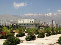 Buchmesse Teheran 2014: Borj-e Milad  Vorplatz