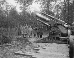 MINISTRY INFORMATION FIRST WORLD WAR OFFICIAL COLLECTION (Q 4459)   Ben Tillett (Trade Unionist and Founding Member of the Labour Party) Visits a howitzer. Martinsart. Autumn, 1916.