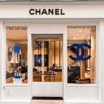 Una première para Chanel: una tienda exclusivamente dedicada al universo de los perfumes y la belleza.  Fragancias para hombres y mujeres, maquillaje, productos de cuidado de la piel, accesorios de belleza, por fin encuentran un marco adecuado y elegante, donde probarlo todo en total tranquilidad.