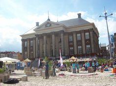 Groningen studentenstad van Nederland!      Groningen, ook wel bekend als Grunn, is de mooiste stad van het noorden. Met bijna 200.000 inwoners en maar liefst 50.000 studenten behoort Groningen tot de grotere steden van Nederland.    Dit is dan ook duidelijk te zien aan het ruime aanbod van bezienswaardigheden. Van een prachtig stationsgebouw tot het beruchte uitgaansleven en de schitterende groen- wit shirtjes van Fc Groningen maakt Groningen tot een prachtige stad.