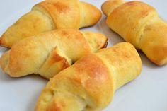 Aus Omas Küche sind die hausgemachte #Salzstangerln, das beliebte #Kleingebäck #Rezept aus Germteig passt zum Frühstück oder als Snack. Hot Dog Buns, Christmas Cookies, Sweet Potato, Good Food, Potatoes, Bread, Snacks, Vegetables, Recipes