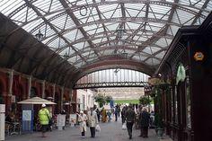 ARQUITECTURA -- Estructura inerior de hierro y cristal de la estacion de tren en Londres