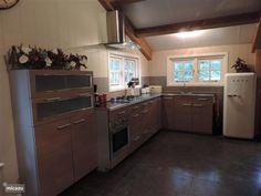 De mooie keuken met vaatwasser en hete lucht oven, er is ook een magnetron aanwezig.