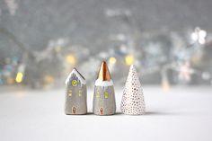 Kleinen Ton  Dorfhäuser zwei kleine Beige mit goldenen
