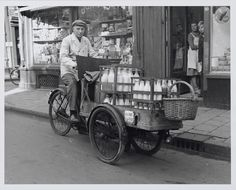 Milk delivery man back in the day. Vintage Photographs, Vintage Photos, Holland, Velo Cargo, Photo Vintage, Vintage Style, Hampi, Cycling Art, History Photos