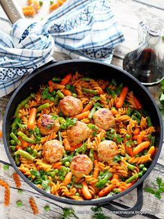 Klopsiki duszone z makaronem i warzywami | Smaczna Pyza Pasta Dishes, Paella, Lose Weight, Food And Drink, Menu, Snacks, Cooking, Ethnic Recipes, Kitchen