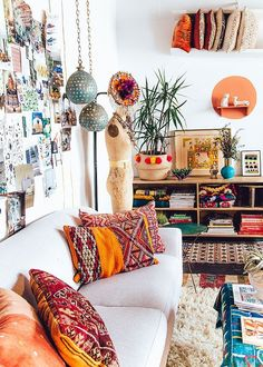 Love this natural boho look from Justina Blakeney with the mix of gorgeous colourful textules and furnishings. #bohoinspiration #boho #bohemianliving http://www.carmendarwin.com