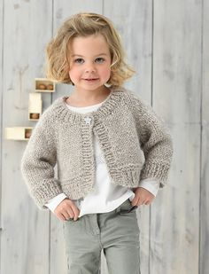 Cardigan court - Cardigan court Consultez l'article pour plus d'informations. Small Knitting Projects, Kids Knitting Patterns, Baby Sweater Knitting Pattern, Knitted Baby Cardigan, Cardigan Pattern, Knitting For Kids, Beginner Knitting, Baby Girl Sweaters, Raglan