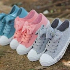 Pastel converse with bows-PERFECTION! For the girls who loves fashion, acessorizing, and colors like pastel and converse. Bow Shoes, Grey Shoes, Cute Shoes, Me Too Shoes, Bow Sneakers, Canvas Sneakers, Ribbon Shoes, Awesome Shoes, Star Shoes