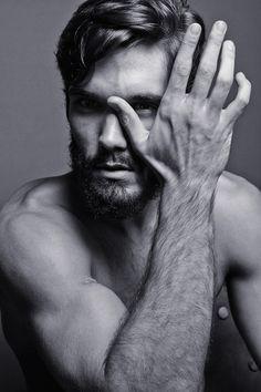 fin svart och vit bild som bär en snygg skäggig man på sig