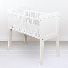 Kołyska - mini-łóżeczko to niezwykle stylowe miejsce snu dziecka w pokoju rodziców przez pierwsze miesiące jego życia. Niewielkie rozmiary pozwalają zmieścić kołyskę nawet w niedużej sypialni lub dostawić do łóżka rodziców, dzięki czemu dziecko łatwiej zasypia. Dzięki swej stabilnej konstrukcji jest bardzo bezpieczna. Bassinet, Cribs, Mini, Classic, Interior, Furniture, Home Decor, Cots, Derby