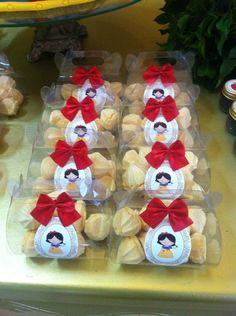 Potinhos de doces decorados para festa da Branca de Neve