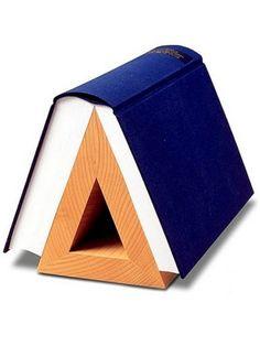 Vergeet de ouderwetse bladwijzer, theBook Hook has taken over. Geen ezelsoren meer, je boeken blijven in perfecte staat met deze originele boekenhouder.  Eenvoudig en tijdloos design van Tell Ritterbach.  100% berkenhout.