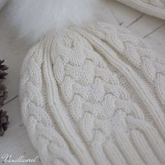 This cable hat is very warm and ideal for a knitted gift. Knitting Projects, Knitting Patterns, Hat Patterns, Knitted Hats, Crochet Hats, Faux Fur Pom Pom, Knit Picks, Stockinette, Winter Hats
