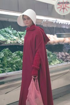 Wondering What Happens to Ofglen in The Handmaid's Tale Book? The Handmaid's Tale Book, Handmaid's Tale Tv, Handmaids Tale Costume, A Handmaids Tale, Eve Costume, Halloween Costumes, Halloween 2018, Costume Ideas, Series Movies
