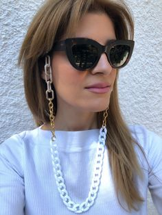 A handmade colorful chain for sunglasses that is made from acrylic and metal chain in white - brown - beige colors and fits perfectly to every pair of glasses. Flat Top Sunglasses, Sunglasses Women, Sunglasses Holder, Vintage Sunglasses, Sunnies, Cute Glasses, Glasses Frames, Bijoux Design, Sunglass Frames
