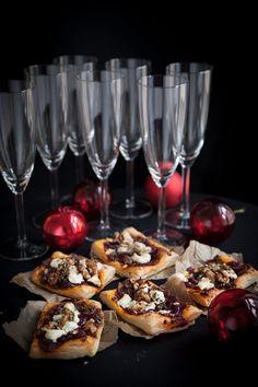 Försvinnande goda drinktilltugg som är lika goda ljumma som avsvalnade. Perfekt till glöggminglet! Tomatsåsen av soltorkade tomater och tomatpuré är helt fantastisk och behöver inte ens koka ihop. #tilltugg #minipizza #glöggmingel #advent #jul #recept All Things Christmas, Christmas Time, Xmas, Swedish Recipes, Fika, Candy Recipes, Holidays And Events, Starters, Holiday Fun