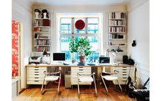 """Åsas och Santos arbetsplats sträcker sig över hela vardagsrummets kortsida. Hurtsarna """"Alex"""" är från Ikea, de låga barstolarna av Lindau & Lindekrantz för Lammhult och rosbollen i fönstret från Coctail."""