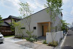 森に包まれる庭 Door Gate Design, Facade Design, Courtyard House, Facade House, Commercial Architecture, Architecture Plan, Japanese House, Japanese Modern, Japan Modern House