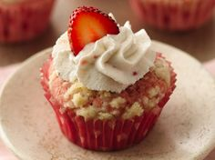 Streusel-Topped Strawberry-Rhubarb Cupcakes