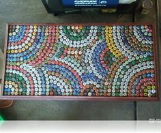 Bottle Cap Table with Glass Beer Cap Art, Beer Bottle Caps, Bottle Cap Art, Bottle Top Crafts, Bottle Cap Projects, Bottle Top Tables, Beer Cap Table, Recycled Crafts, Diy Crafts