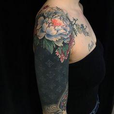 beautiful blackout tattoo ideas for women © tattoo artist Esther Garcia 💖🌺💖🌺💖🌺💖 Solid Black Tattoo, Black Tattoos, Tribal Tattoos, Floral Tattoos, Esther Garcia, Dream Tattoos, Cool Tattoos, Hip Tattoos, Stomach Tattoos