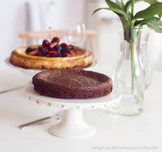 Suklaakakku. Kauhaa ja rakkautta. Muunneltavissa pikakahvijauheella, kookoksella, (suola)maapähkinöillä ym.