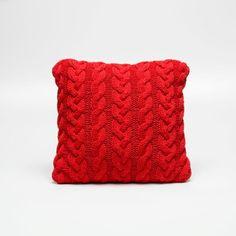 As almofadas são peças essenciais para completar sua decoração, esta linda peça feita artesanalmente em tricô vermelho com detalhes entrelaçados é perfeita para decorar sua sala ou quarto, deixando o ambiente alegre e aconchegante. A capa pode ser removida para a lavagem à seco, confeccionada em fio 70% algodão anti-alérgico em tricô vermelho e a outra face em suede com enchimento em manta acrílica. #Almofada #LojaSoulHome