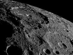 De Amerikaanse ruimtesonde Dawn ontdekte dat er zowel op als vlak onder het oppervlak van Ceres ijs of bevroren water te vinden is. Het oppervlakte-ijs…