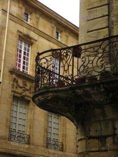 Balcon : pierres et ferronneries XVIIIe, angle rue Saint-François, rue Leyteire, Bordeaux, Gironde, Aquitaine, France.