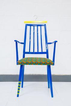 www.cewax.fr aime cette décoration afro tendance, style ethnique, tissus africains. Dans le même style, visitez la boutique de CéWax : http://www.cewax.fr/ #wax, #ankara, #kente, #kitenge, #bogolan, #AfricanHome, #ethnotendance, #AfricanPrints -  #blue #chair #ankara