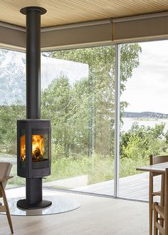 "Jøtul redefined stove design and won the Red Dot; Best of the best. It quickly became Europe's most popular stove. With the F 370 Advance we do it again. To see all the different models visit our web page or take a look at our pin ""Wood stoves"". Corner Log Burner, Log Burner Living Room, Modern Stoves, Garage Apartment Plans, Build Your Own House, Wood Burning Fires, Cabin Interiors, Design Awards, Home And Living"