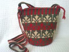 Risultati immagini per crochet pattern wayuu bag Tapestry Bag, Tapestry Crochet, Crochet World, Knit Crochet, Mochila Crochet, Crochet Purses, Handmade Bags, Crochet Projects, Crochet Patterns